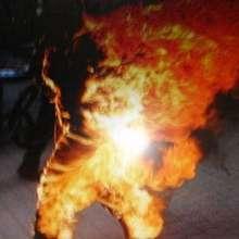 uomo si da fuoco