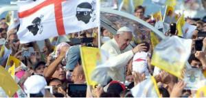 Il papa durante la visita a Cagliari
